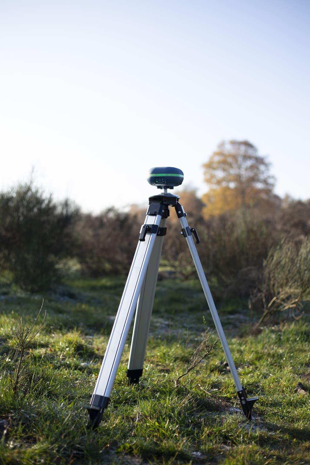 marxact uni-gr1 on a tripod outside